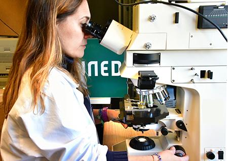 Mónica Morales, investigadora y vicedecana de Infraestructura, Innovación y Ciencias Ambientales de la Facultad de Ciencias de la UNED, en el laboratorio | Comunicación UNED